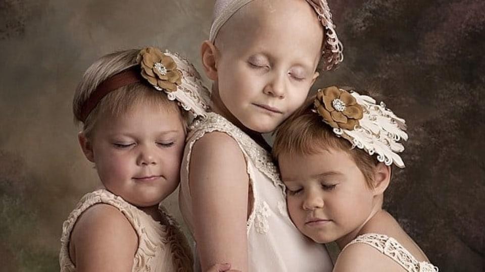 Tato fotka třech andílků obletěla na začátku roku svět. Holčičky bojovaly s rakovinou.