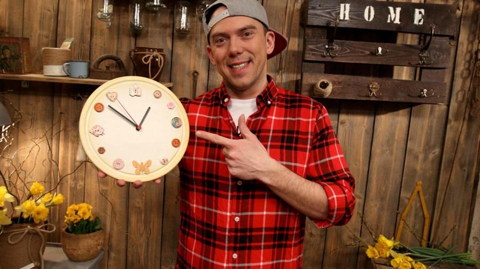 Udělejte si hodiny z kuchyňského prkénka podle Ládi Hrušky