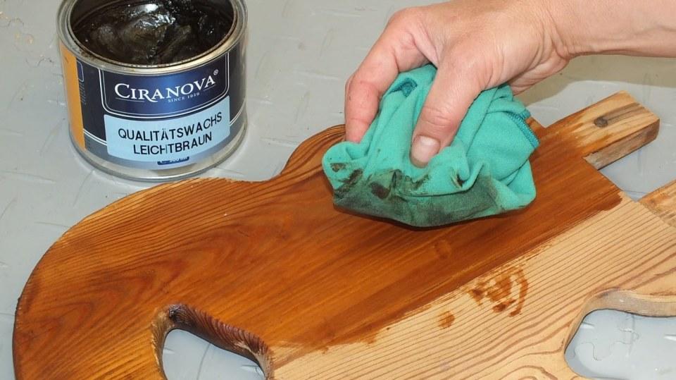Jak opravit starou židli v selském stylu: hadříkem naneseme vosk