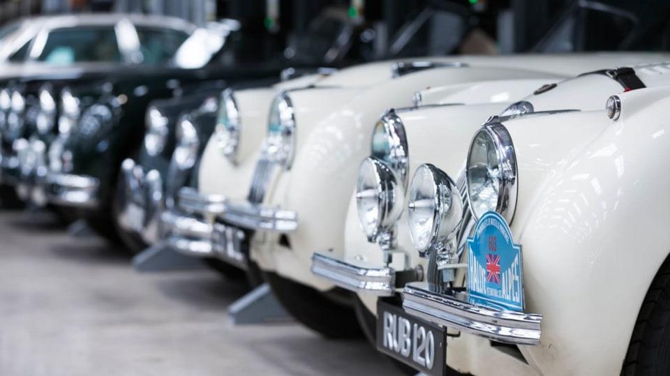 Stovky klasických Jaguarů a Land Roverů v obřím centru 27
