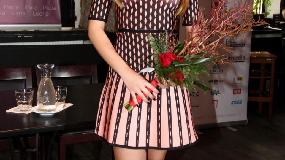 Monika Bagárová v nových šatech čeká na políbení