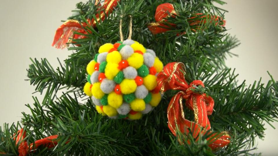 Barevná a plyšová vánoční ozdoba potěší děti