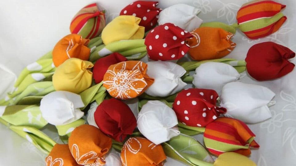 Jak ušít jednoduchou látkovou květinu: Tulipán vám vydrží ve váze stále čersvý 1