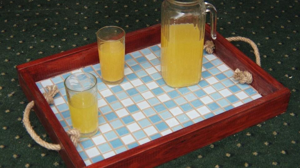 Zahradní stolování: servírovací tác s mozaikou