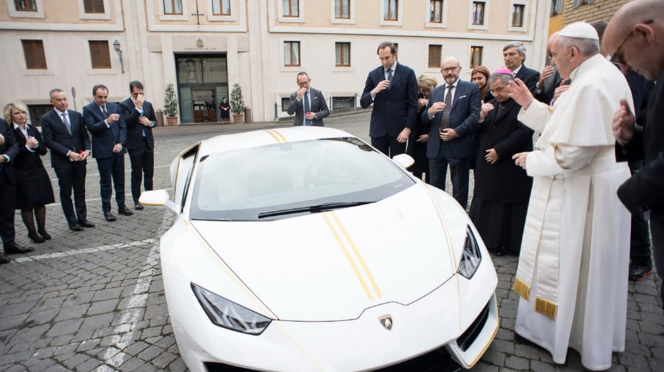 Papež dostal Lamborghini Huracán 4