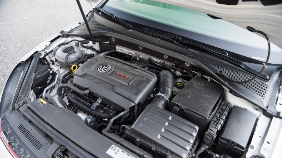 Volkswagen Golf GTI interiér 8