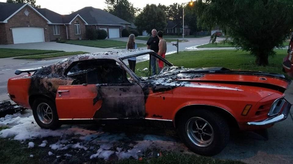 Někdo pro zábavu zapálil Mustang postiženého chlapce 2