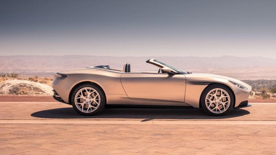 Nádherný roadster Aston Martin DB11 Volante. 24