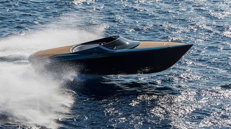 Aston Martin nabízí luxusní jachtu AM37 i ponorku Neptune. 8
