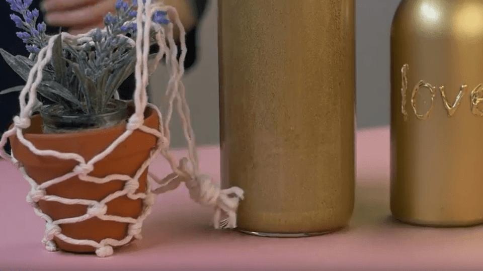 Květiny na houpačce, nádobka na vodu a zlatá váza: Recyklujte květináče i sklenice