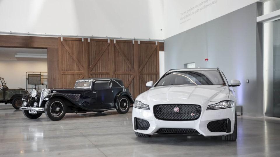 Stovky klasických Jaguarů a Land Roverů v obřím centru 3