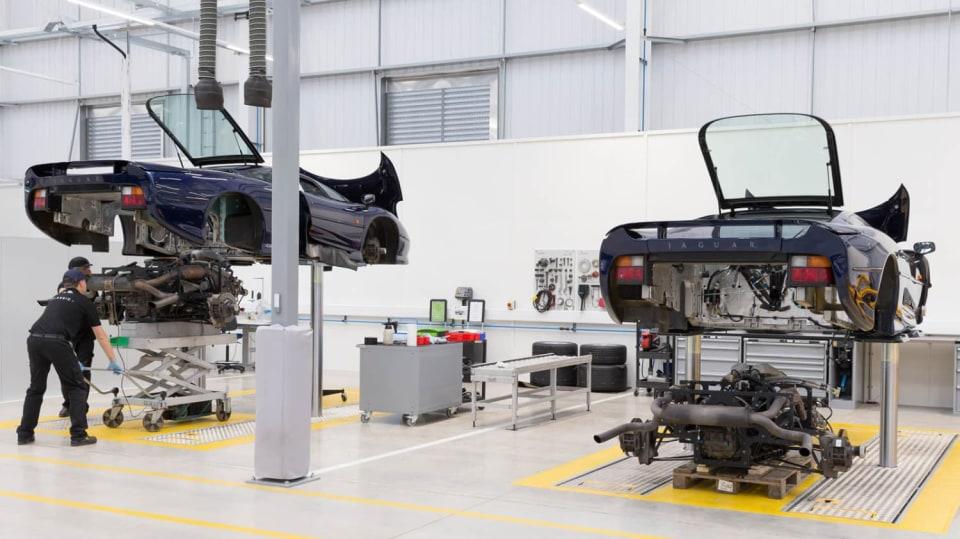 Stovky klasických Jaguarů a Land Roverů v obřím centru 19