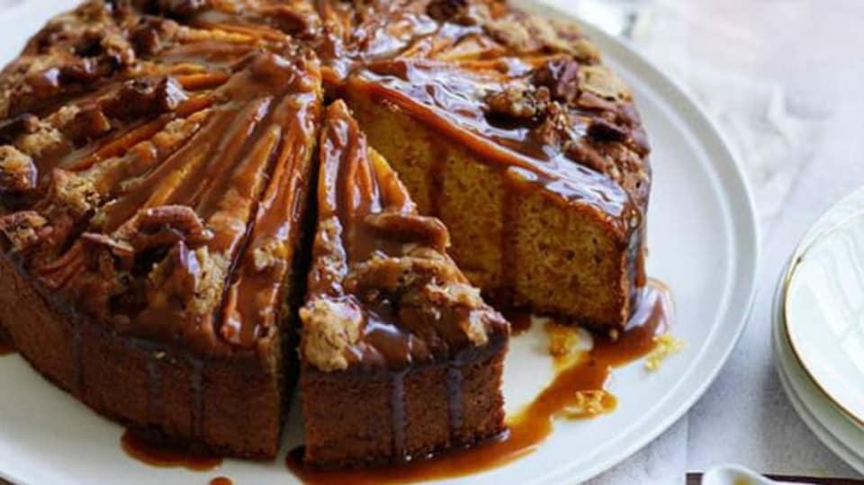 Mrkvový koláč s podmáslím a kořeněným karamelem