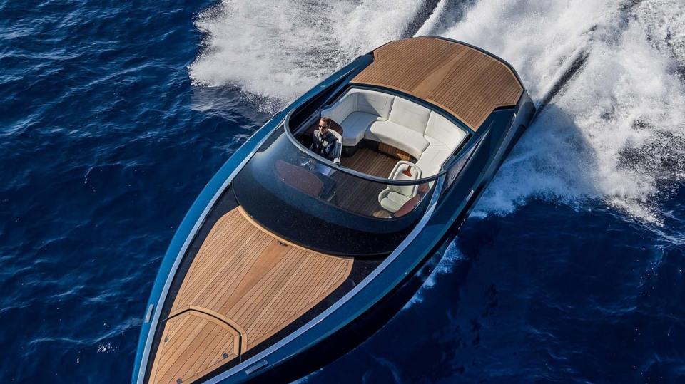 Aston Martin nabízí luxusní jachtu AM37 i ponorku Neptune. 7