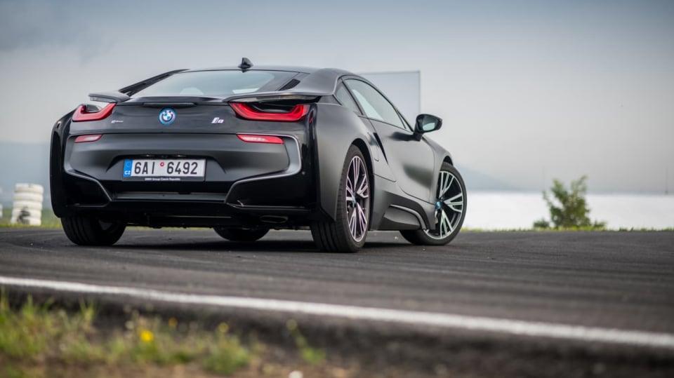 BMW i8 Protonic Frozen v matně černém laku. 6
