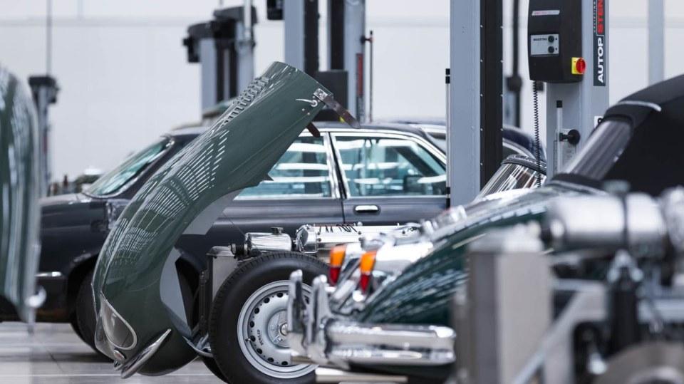 Stovky klasických Jaguarů a Land Roverů v obřím centru 28