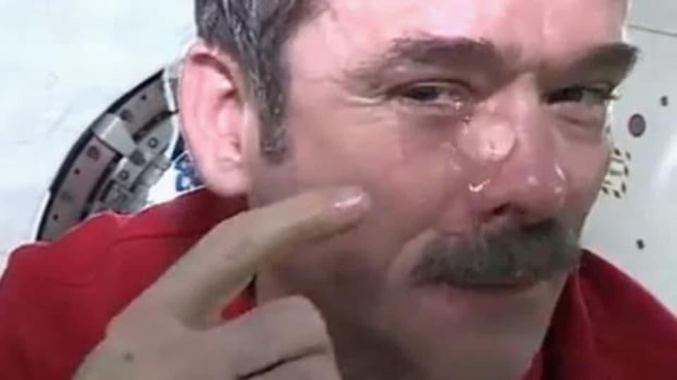 Slzící Chris Hadfield