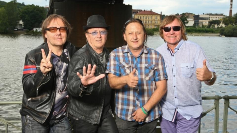 Členové kapely Olympic Jiří Valenta, Petr Janda a Milan Broum smutní po náhle zesnuvším kamarádovi.