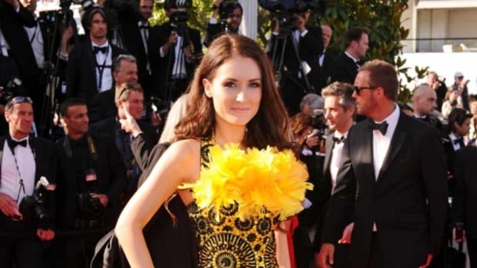 Květinové šaty této krásné neznámé filmový festival v Cannes opravdu rozzářily