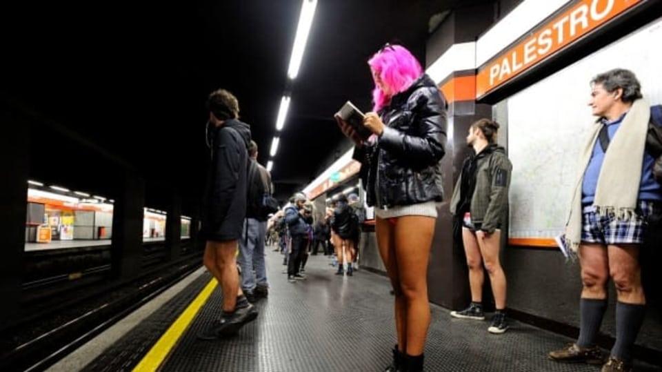 Podzemky po celém světě zaplavili lidé s obnaženými zadky...Jízda metrem bez kalhot. Takový název má akce, která vznikla v americkém New Yorku v roce 2002 a později získala celosvětový rozměr. Do metra bez kalhot a sukní vyrazili lidé v celé řadě měst.