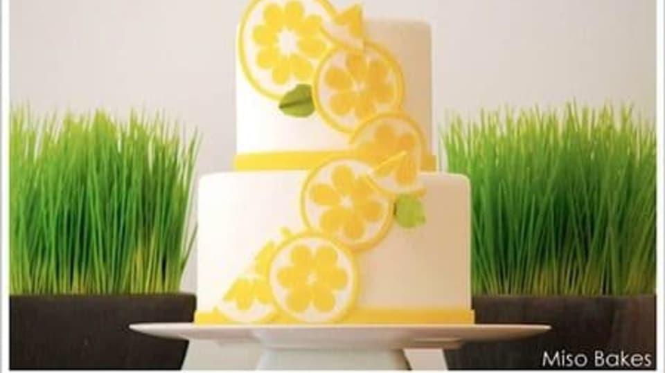 """I vícepatrové dorty lze na spodní části krásně """"začistit"""" proužkem z potahové hmoty"""