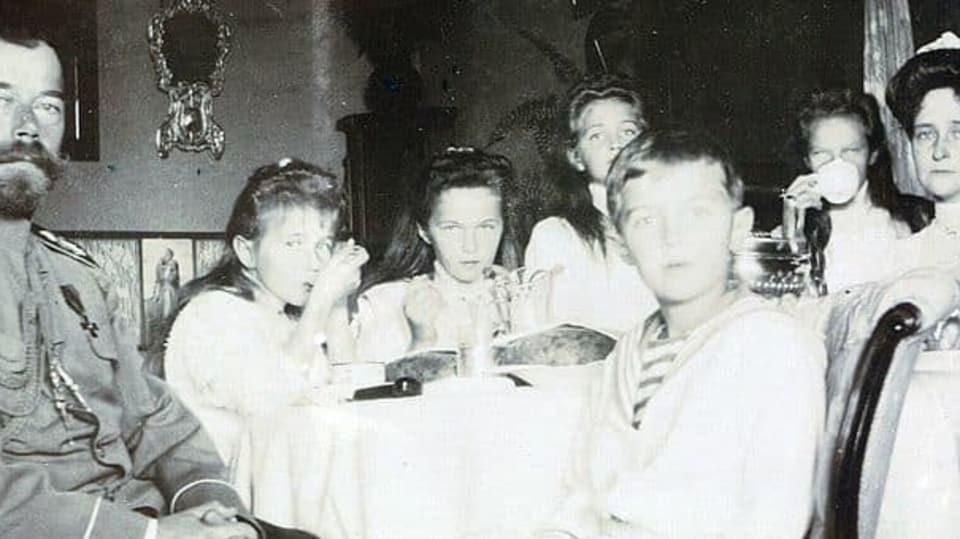 Romanovci v roce 1909 během carské snídaně
