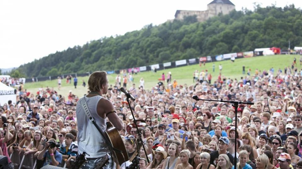 Tomáš Klus si dokáže získat neuvěřitelné množství fanoušků a patří mezi nejoblíbenější interprety, kteří nesmí na žádném festivalu chybět.
