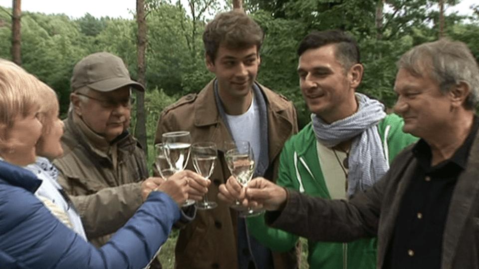 Video VIP zprávy: Hezci ze seriálu Cesty domů zasadily společnou rukou v botanické zahrace - u cesty - habr
