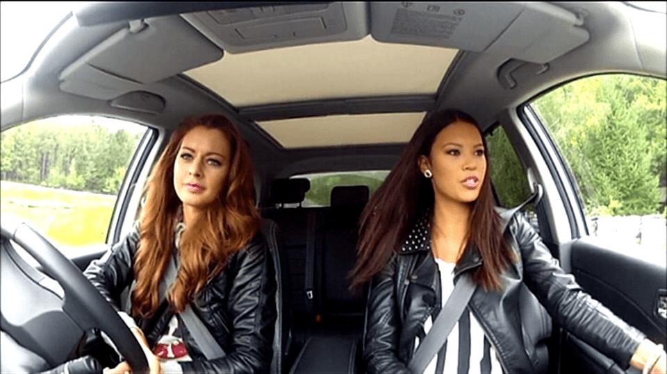Video VIP zprávy: Miss Tereza Chlebovská a moderátorka Monika Leová si vyzkoušely velmi rychlou jízdu. Naštěstí pod dohledem!