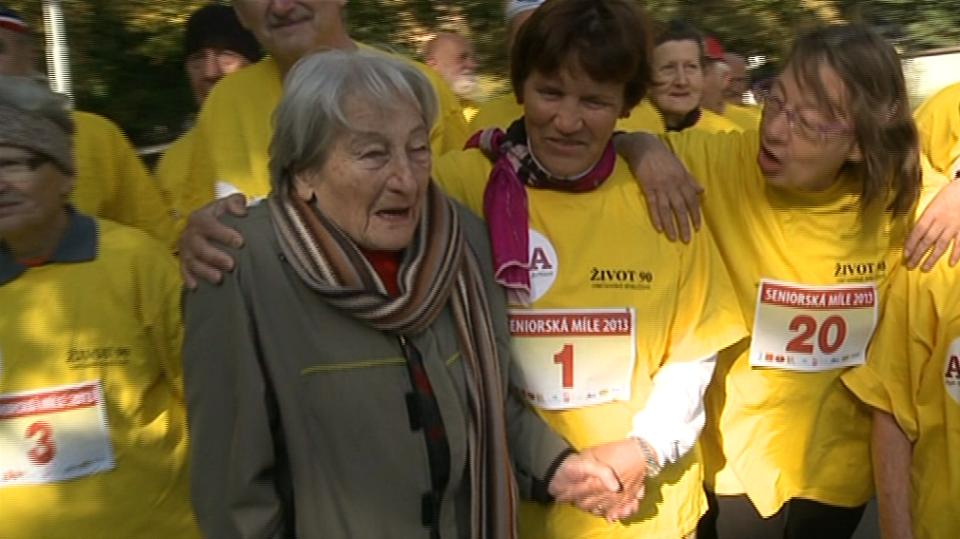 Video VIP zprávy: Dana Zátopková odstartovala tradiční maraton pro seniory a vítězům rozdávala medaile