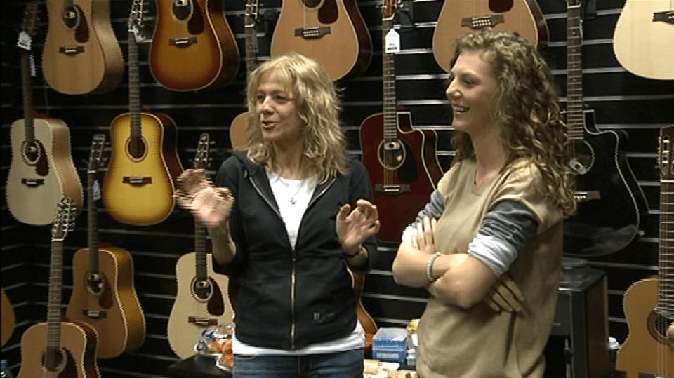 Video VIP zprávy: Cestu k hudbě si vyšlapala sama a máma ji teď doprovází na kytaru