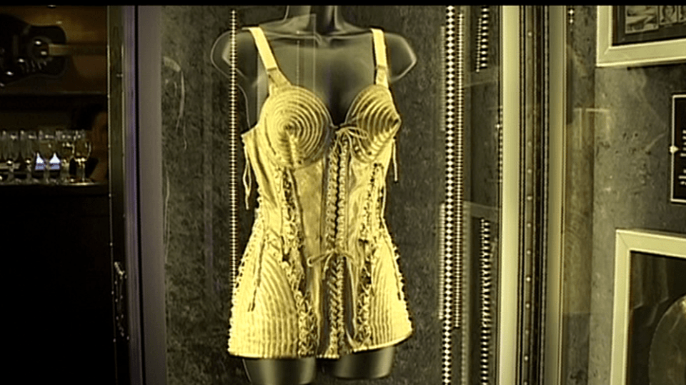 Video VIP zprávy: Přijďte se podívat na výstřední módu, která k show businessu patří