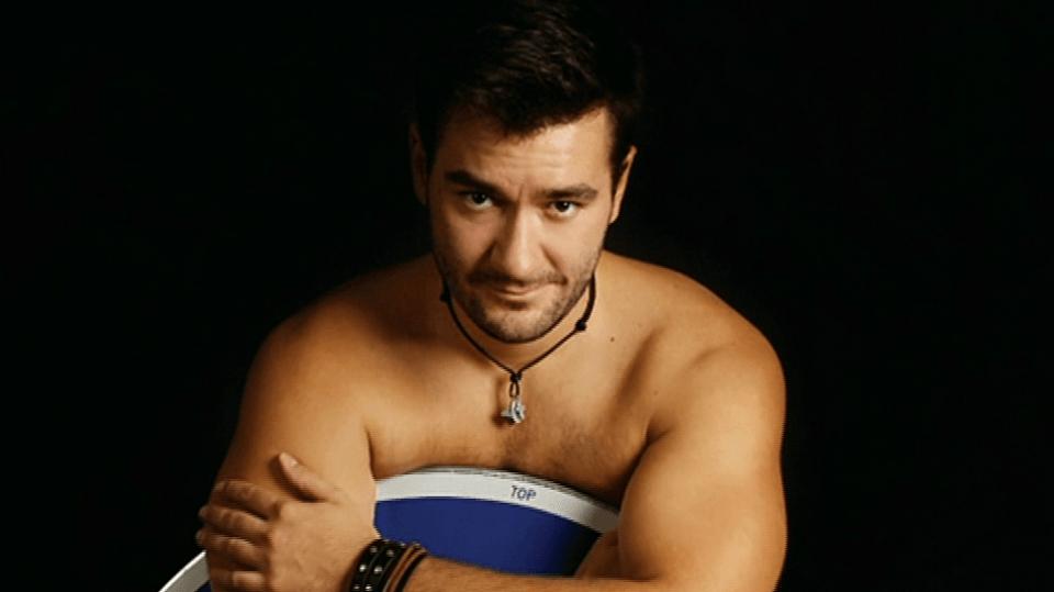 Video VIP zprávy: Zpěvák Marek Ztracený se při focení kalendáře svlékl. Ale jen do trenek!
