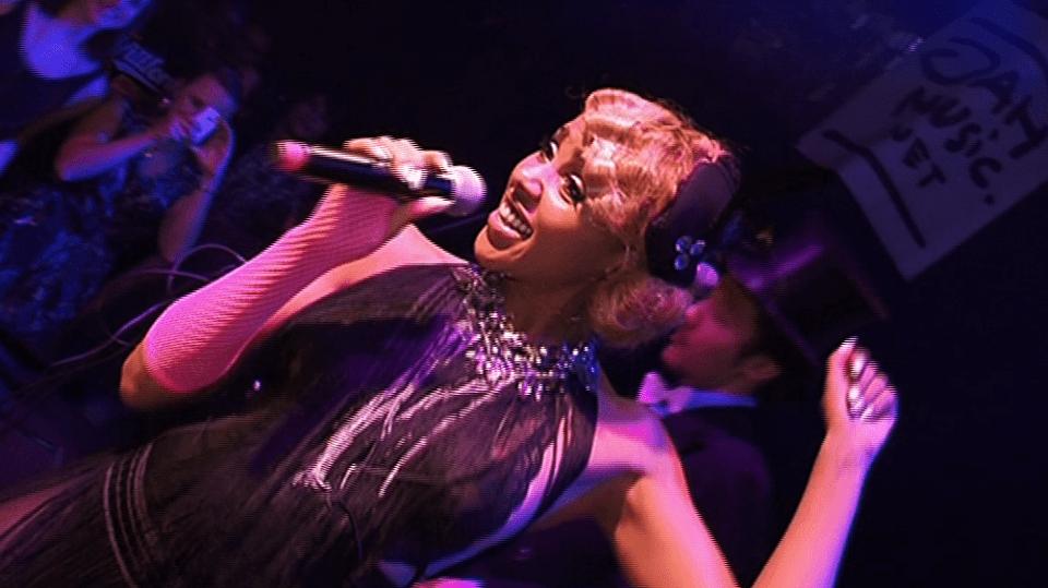 Video VIP zprávy: Alice Francis je jako neřízená střela. Její elektroswingová vystoupení jsou prostě úchvatná