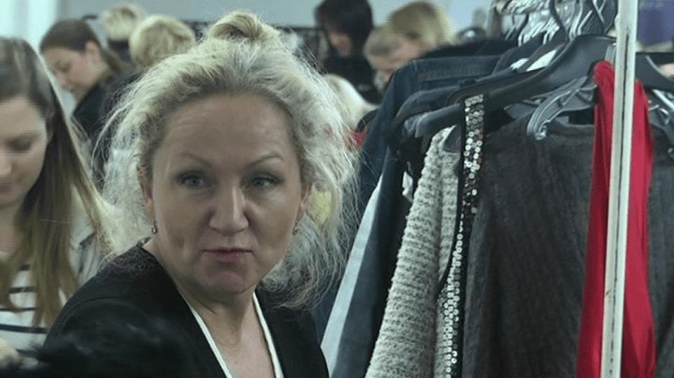 Video VIP zprávy: Bára Basiková si vyzkoušela, jaké to je prodávat obnošené oblečení po svých kolegyních. Pro charitu!