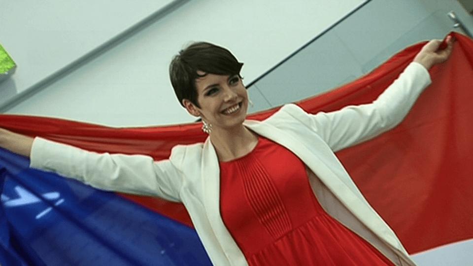 Video VIP zprávy: Miss Gábina Kratochvílová si na cesty vzala i českou vlajku!