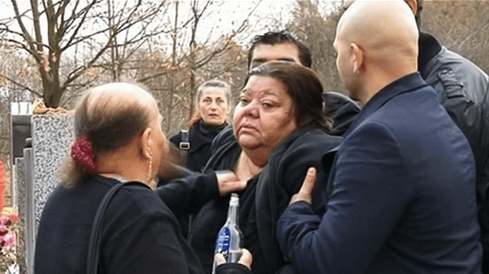 Video VIP zprávy: Zpěvačka Věra Bílá se na pohřbu svého manžela zhroutila
