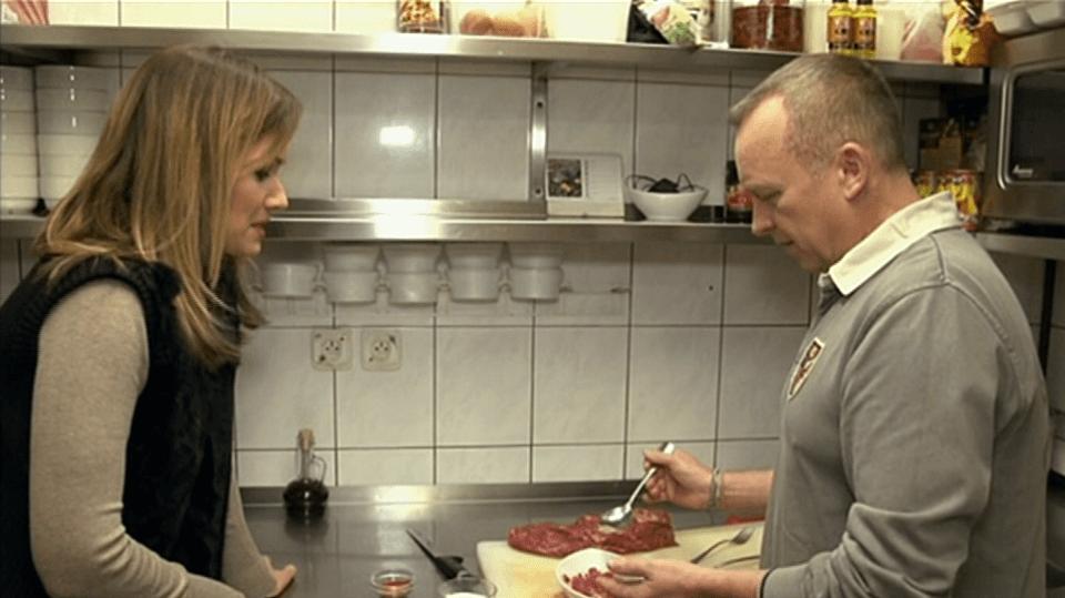 Video VIP zprávy: Karel Voříšek se za dohledu své kolegyně učil vařit