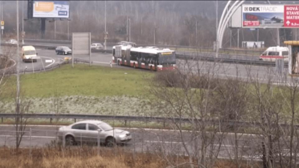 Autobus couval a couval a couval. A všichni jen zírali.