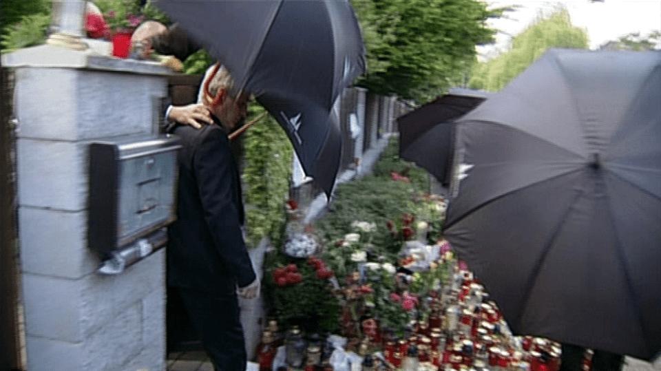 Video VIP zprávy: Josef Rychtář předvádí další mediální exhibici, v níž účinkuje ochranka a černé deštníky - pro změnu se začal skrývat