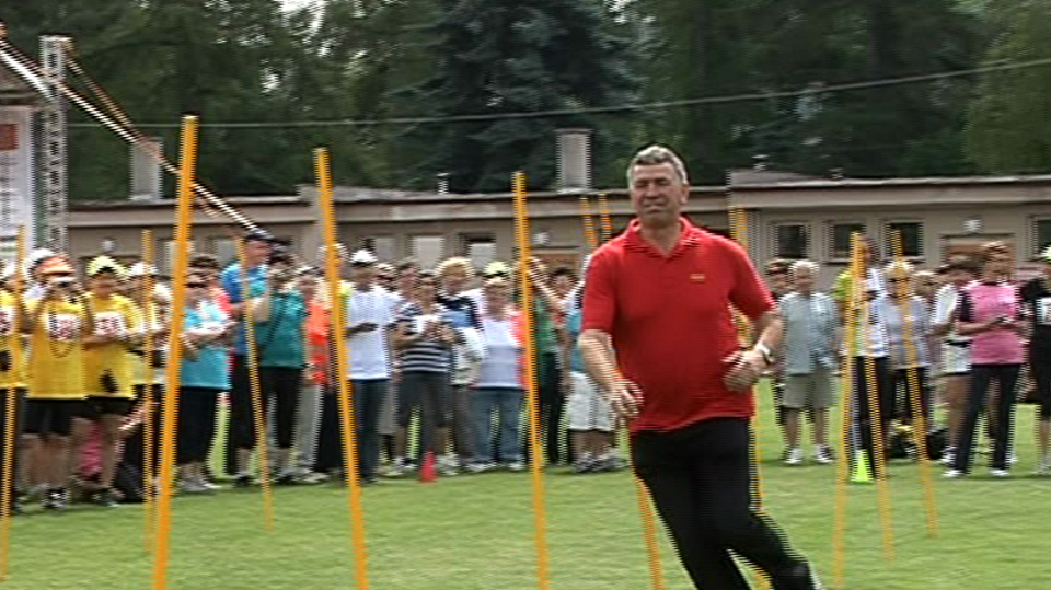Video VIP zprávy: Imrich Bugár si vyzkoušel slalom, přestože má bolavá kolena