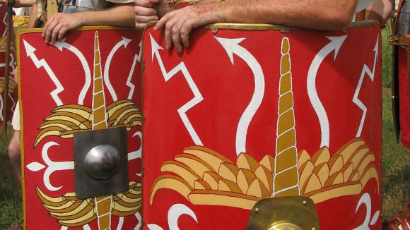 Moderní rekonstrukce římských legionářů s plátovou zbrojí (lorica segmentata)