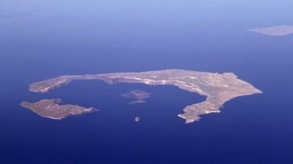 Letecký pohled na Santorini mnohé napovídá