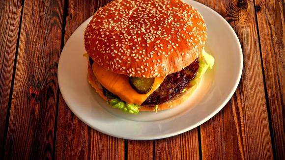 Není nad dobrý hamburger - a nemusí ho dělat robot