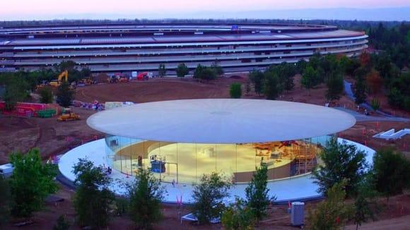 Hlavní vstup do podzemního Steve Jobs Theater