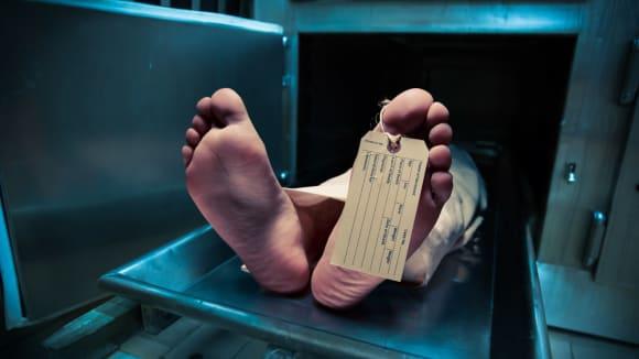 Muž prohlášený za mrtvého začal na pitevně chrápat