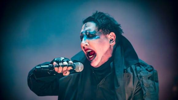 Lidé truchlí za špatného Mansona