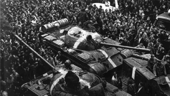 Tanky T-55 invazních sil obklopené davem demonstrantů