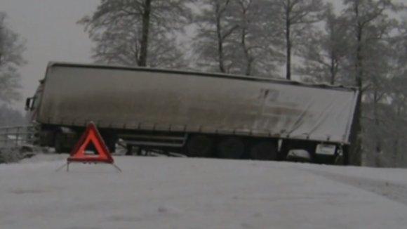Dopravu ráno komplikoval sníh