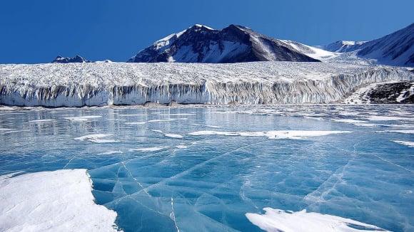 Modrý led pokrývá antarktické jezero  Fryxell